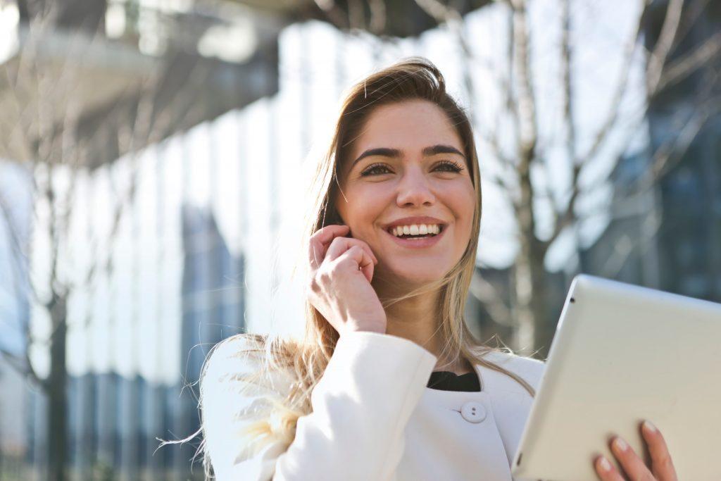 ライブ通訳はAI・人工知能による相互リアルタイム会話翻訳サービスです。音声対応スマートフォン・タブレット等のデバイス上のブラウザからAI通訳へ接続し、自己学習を続ける先端のAIプログラムが通訳リクエストに即座に返答する事で、常に最新の翻訳パターンによる通訳を実現しています。|チャットボットやWeb接客・RPA等のAI・人工知能製品・サービス・プロダクトの比較・導入活用事例・資料請求プラットフォーム