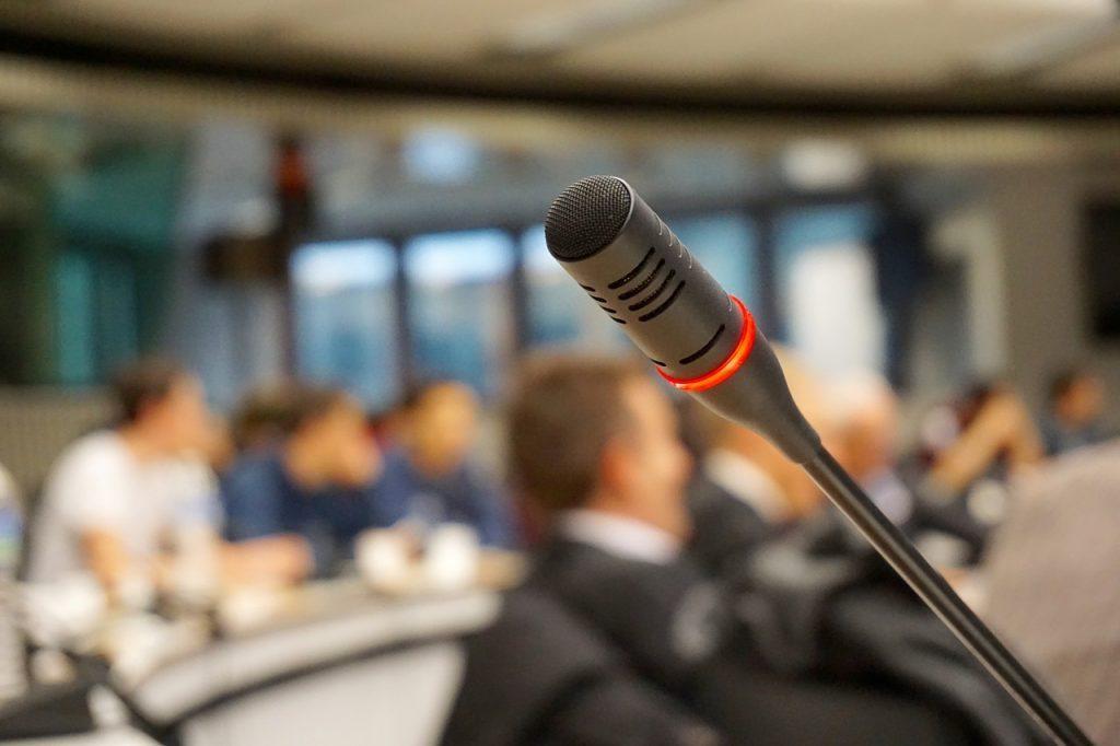 音声認識機能で議事録の作成は可能?精度はどれくらい?【地方自治体の導入事例】|人工知能を搭載した製品・サービスの比較一覧・導入活用事例・資料請求が無料でできるAIポータルメディア