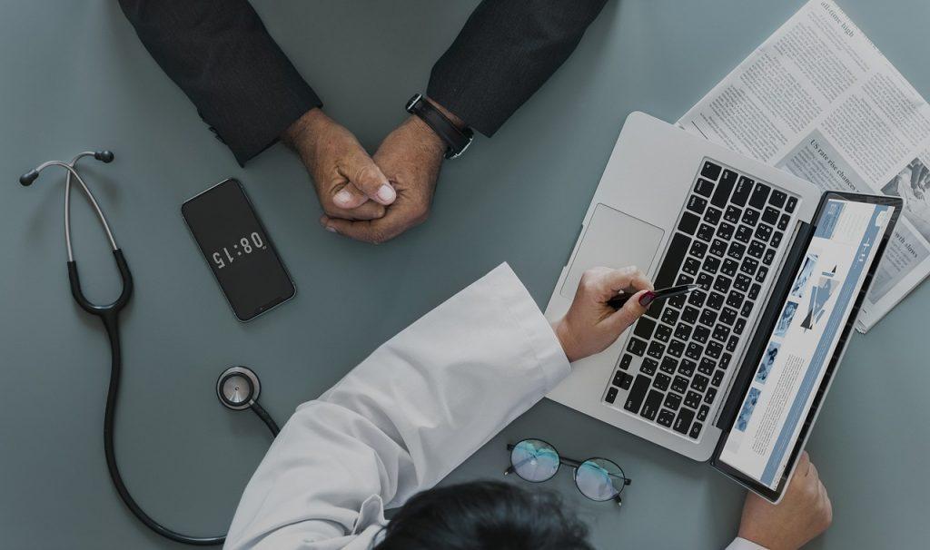 医療現場の課題をAIが救う?チャットボットがつなぐコミュニケーション|人工知能を搭載した製品・サービスの比較一覧・導入活用事例・資料請求が無料でできるAIポータルメディア