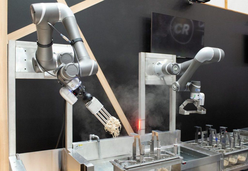 日本初!ロボットアーム2本と人との協働調理。進化した「駅そばロボット」本格稼働!